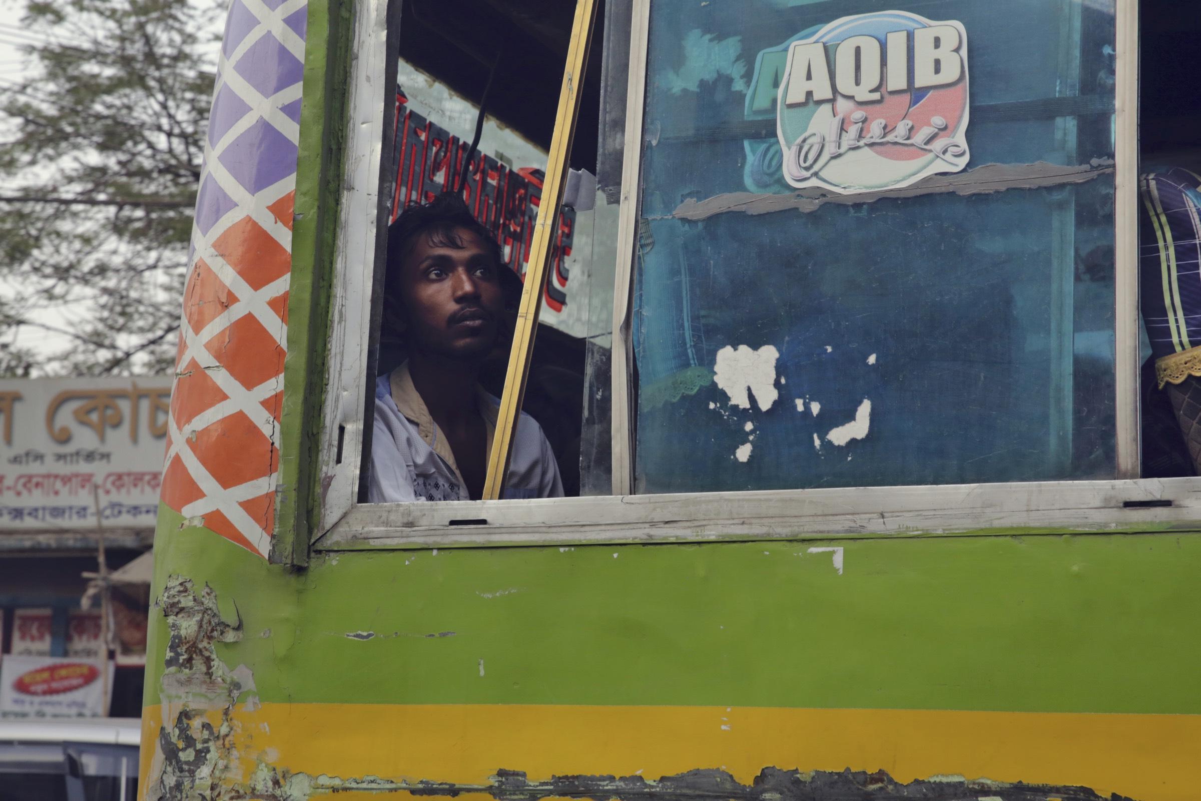 _P8B1712_Bangladesh_Man_in_Bus_foto_by_Jarek_Raczek_WEB_final